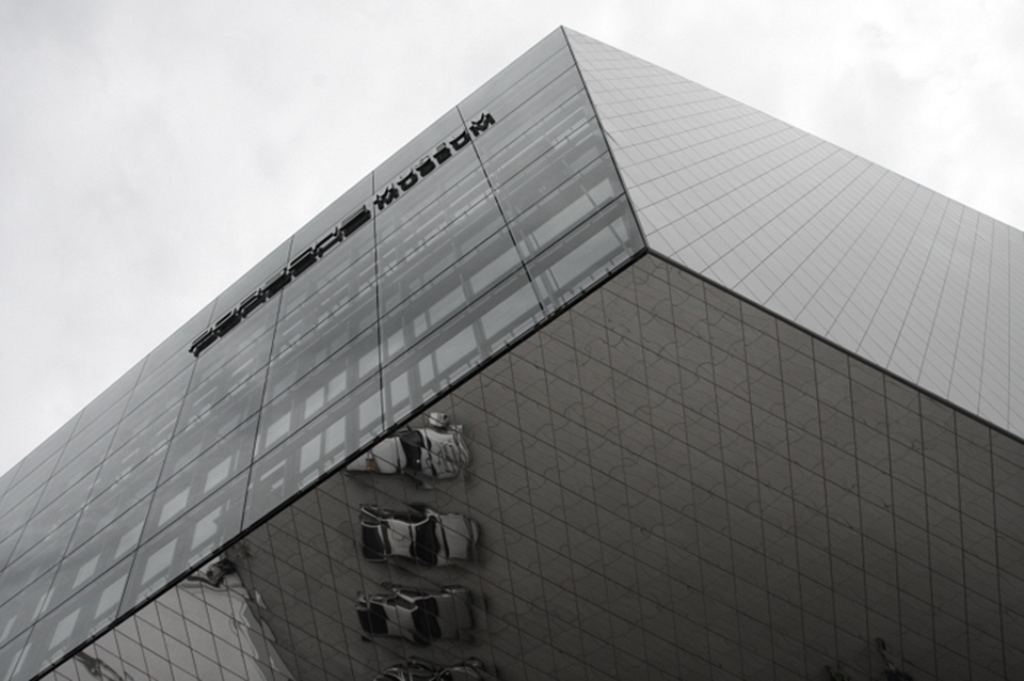Foto des Porschemuseums Stuttgart. Dabei handelt es sich ein Projekt von Museoconsult im Bereich der Organisationsentwicklung.